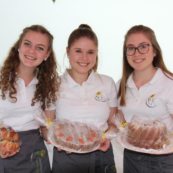 Schülerinnen mit Produkten